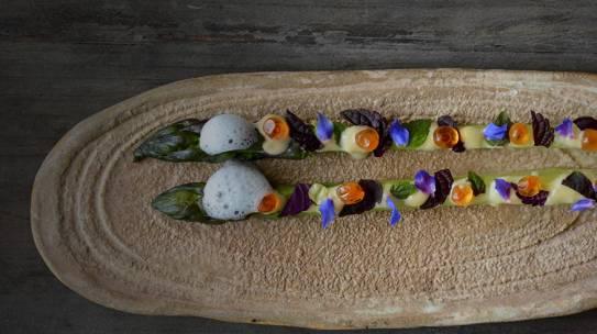 Espárrago/ beurre blanc de kumquat/ aire de hojas lima kaffir/ huevas de salmón/ hojas de shiso