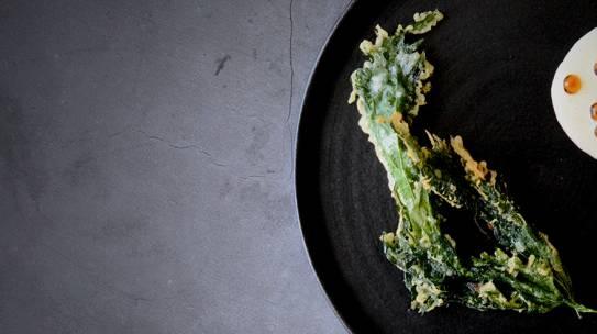 Shiso en tempura con salsa holandesa y huevas de salmón