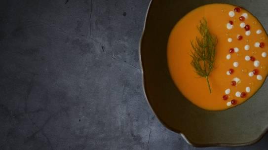 Parmentier de calabaza asada y mantequilla ahumada, con crème fraîche y huevas de salmón